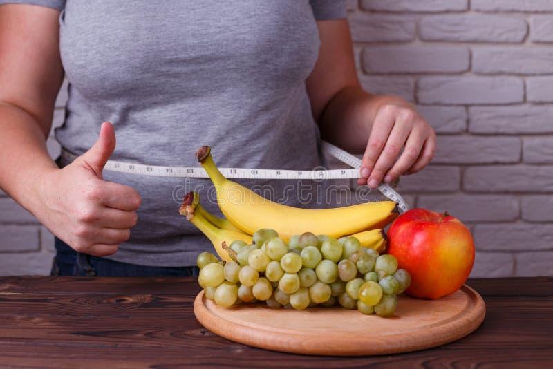 Essendo a dieta, l'alimento ipocalorico sano, pesa la perdita, controllo del peso immagini stock