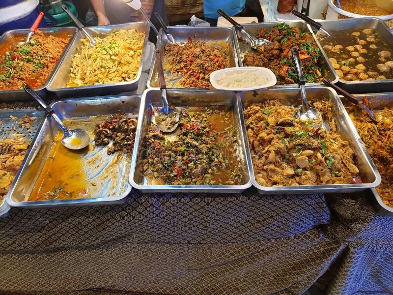 Essenstablette von traditionellen thailändischen Tellern stockbilder
