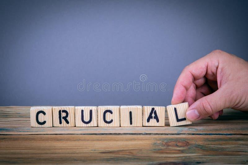 Essentiële, houten brieven op het bureau stock fotografie