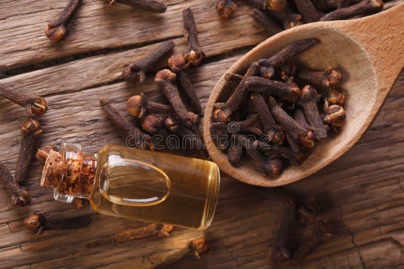 Essentie van kruidnagels in de flessen horizontale hoogste mening royalty-vrije stock foto's