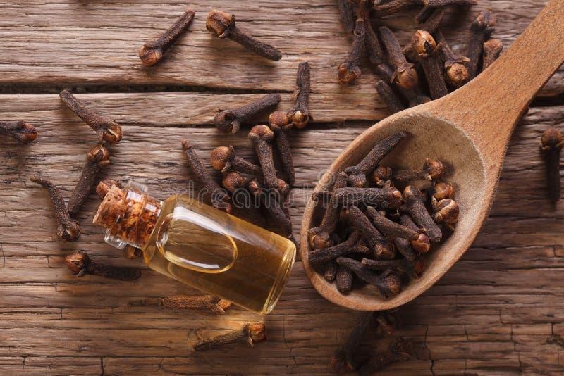 Essentie van kruidnagels in de flessen macro horizontale hoogste mening stock fotografie