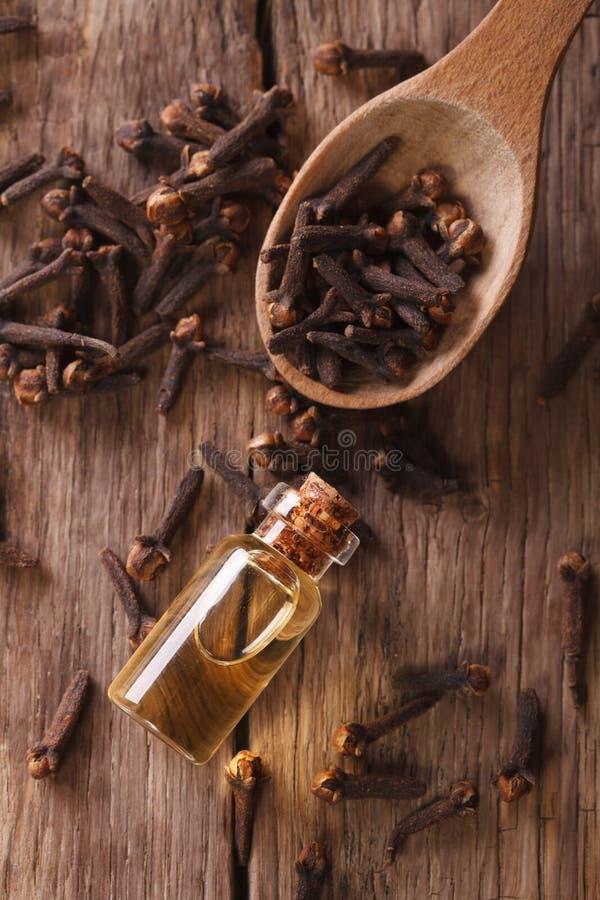 Essentie van kruidnagels in de flessen macro verticale hoogste mening stock afbeeldingen