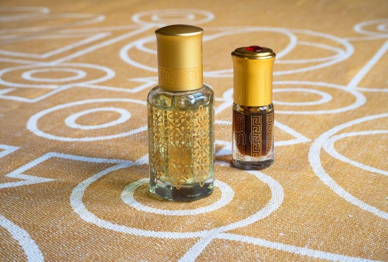 Essenza araba in una mini bottiglia Profumo concentrato dell'olio di oud immagini stock