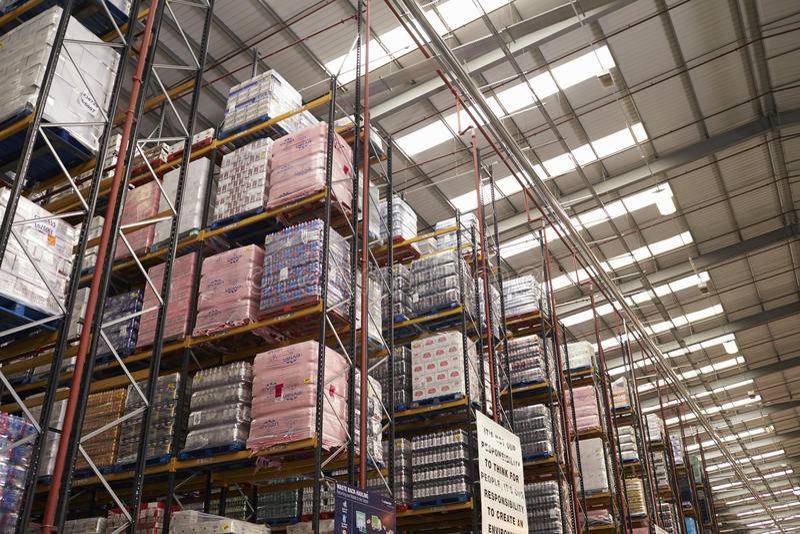 ESSEX, АНГЛИЯ 13-ОЕ МАРТА 2016: Хранят товары в складе распределения супермаркета, повышенном взгляде стоковое фото rf