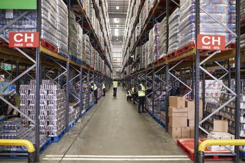 ESSEX, INGLATERRA 13 DE MARÇO DE 2016: Bens armazenados no armazém de distribuição do supermercado, baixo ângulo imagem de stock
