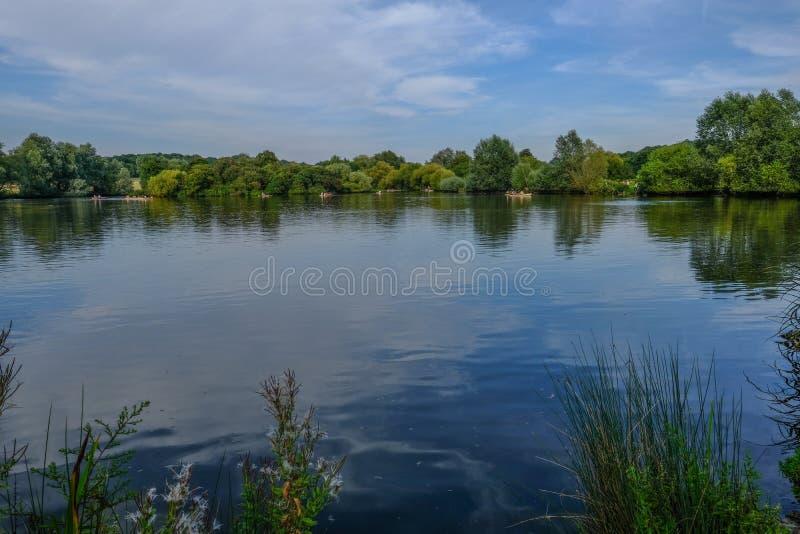 Essex See mit Booten und Reflexionen auf dem Wasser stockbilder