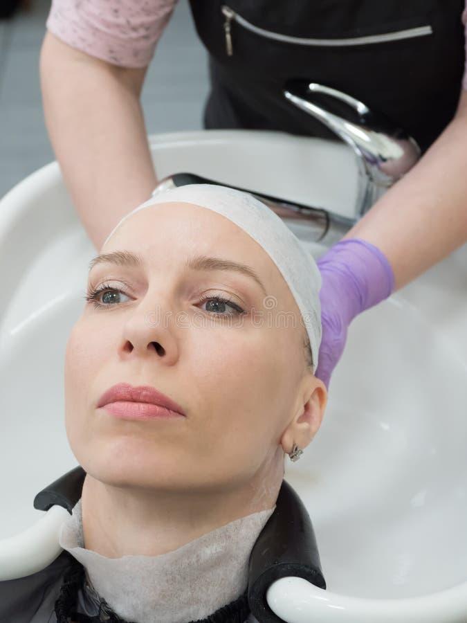 Essiccamento dei capelli con un asciugamano Procedur di ripristino immagine stock libera da diritti