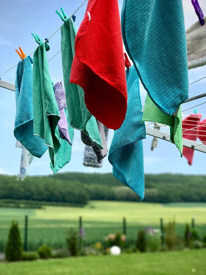 Essiccatore di vestiti rotatorio con i panni di pulizia d'attaccatura fotografia stock libera da diritti