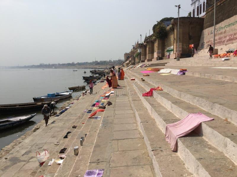 Essiccazione del tessuto lungo Gange a Varanasi, India fotografia stock