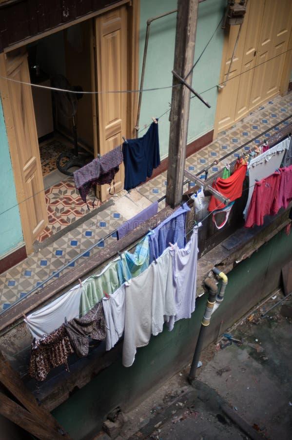 Essiccazione della lavanderia in una costruzione a Avana immagini stock