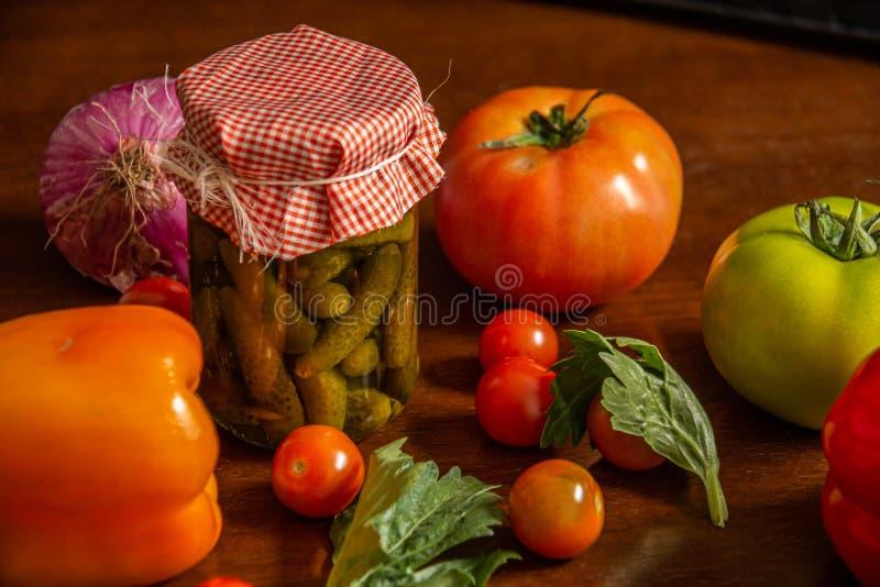 In Essig eingelegt und Gemüse wie Tomaten, Kirschtomaten stockbild