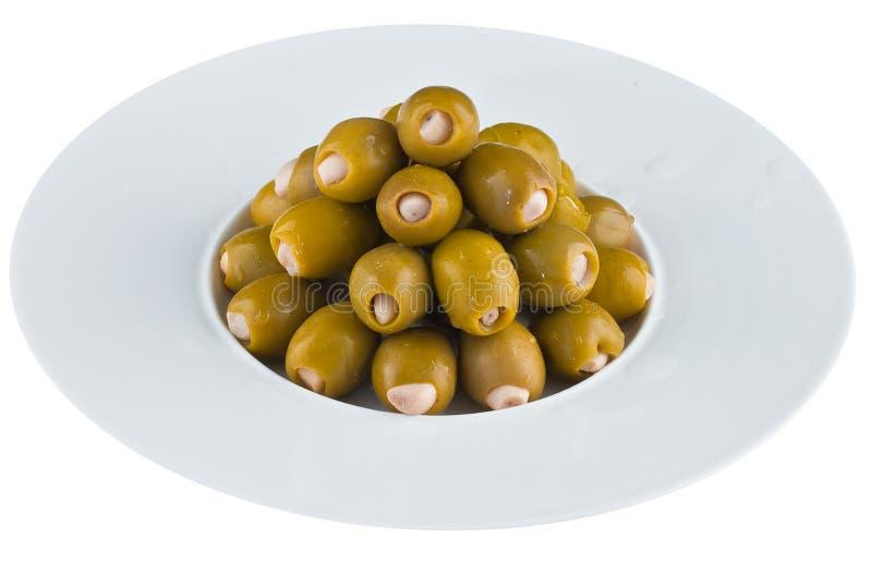 In Essig eingelegte Oliven in der weißen Platte stockfotografie