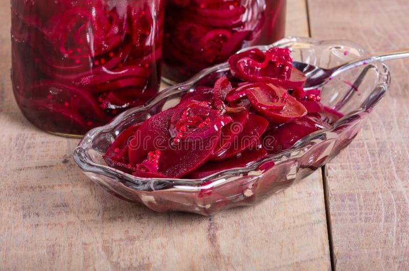 In Essig eingelegte rote Rüben in den Gläsern und in der Schüssel stockfoto