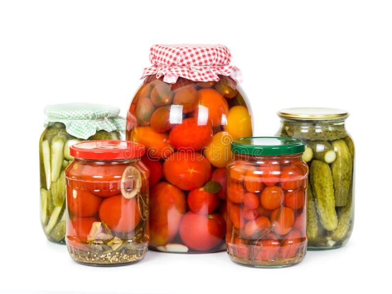 In Essig eingelegte Tomaten und Gurken stockfoto