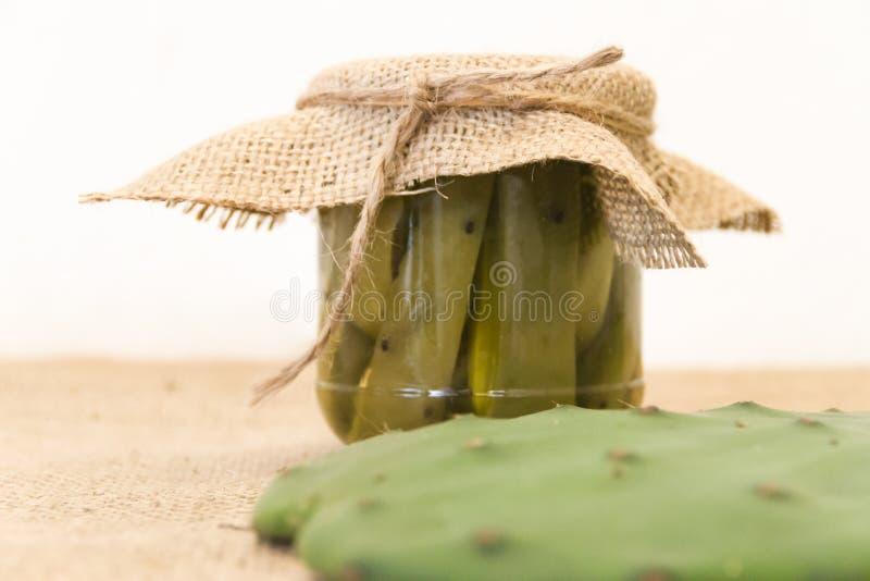 In Essig eingelegter Nopal im Essig und im Salz stockbild