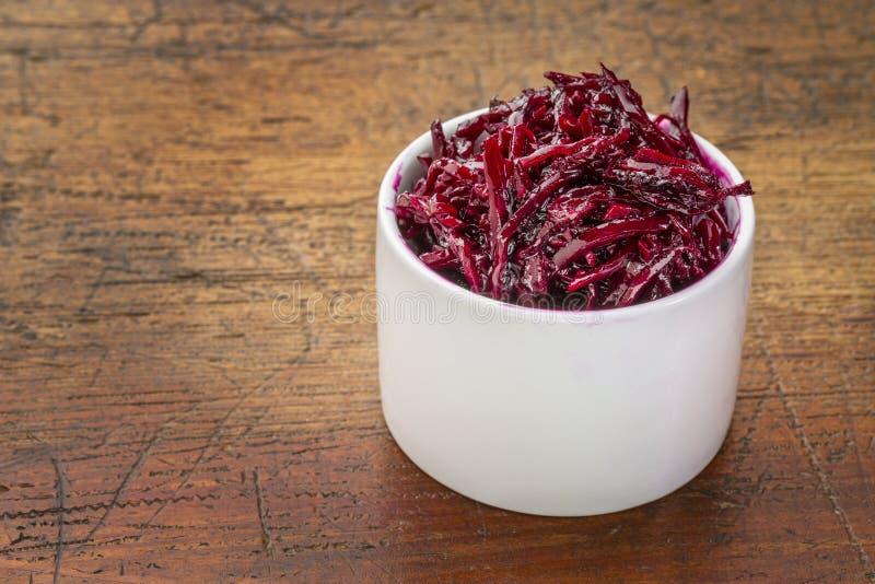 In Essig eingelegter Salat der roten Rüben, des dulse und des Kohls stockbilder