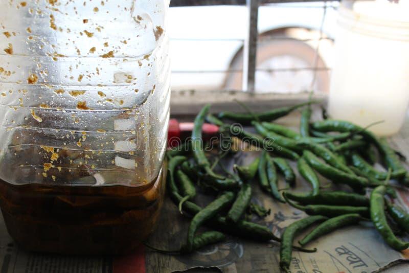 Essiggurke im Glas und in den Paprikas nahe durch es stockfotos