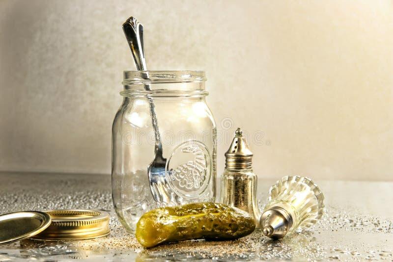 Essiggurke mit einem Glas stockbilder