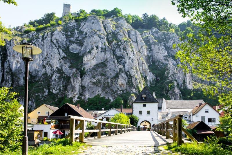 Essing Alemania, piedra caliza, puente de madera viejo imagen de archivo