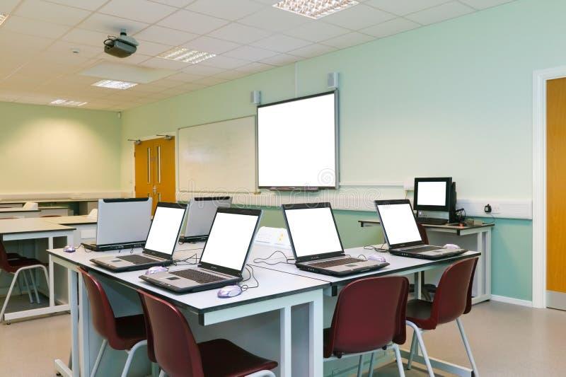 ESSO schermi di computer in bianco dell'aula fotografia stock libera da diritti