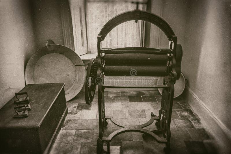 Essoreuse et amidon de cru dans la buanderie dans le manoir au 19ème siècle, photographie de style de sépia photographie stock