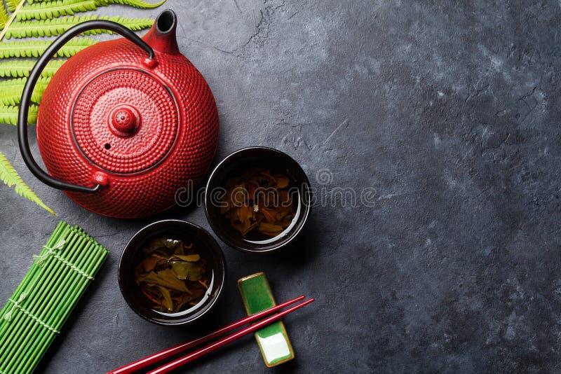 Essstäbchen des grünen Tees und der Sushi Japanischer Mahlzeitsatz lizenzfreie stockbilder