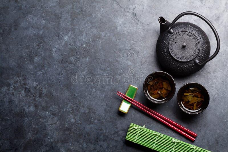 Essstäbchen des grünen Tees und der Sushi Japanischer Mahlzeitsatz stockfotografie