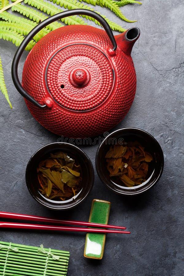 Essstäbchen des grünen Tees und der Sushi Japanischer Mahlzeitsatz stockbild