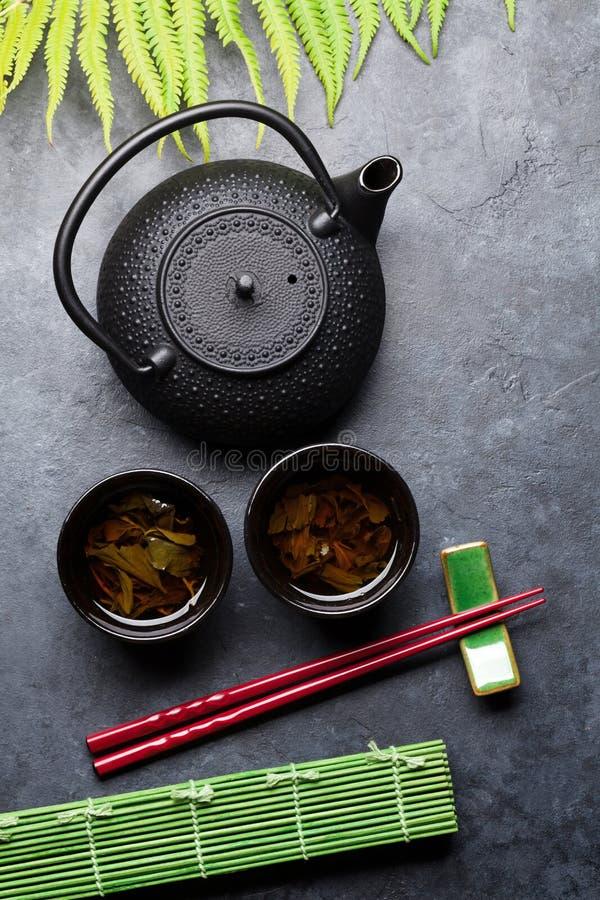 Essstäbchen des grünen Tees und der Sushi Japanischer Mahlzeitsatz lizenzfreie stockfotografie
