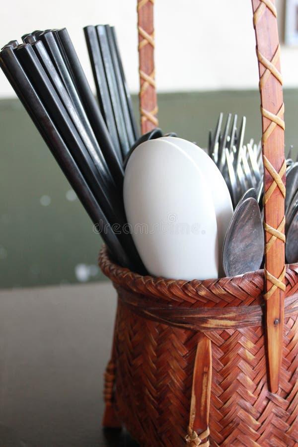 Essstäbchen, Löffel u. Gabel im Bambusbehälter stockfotos
