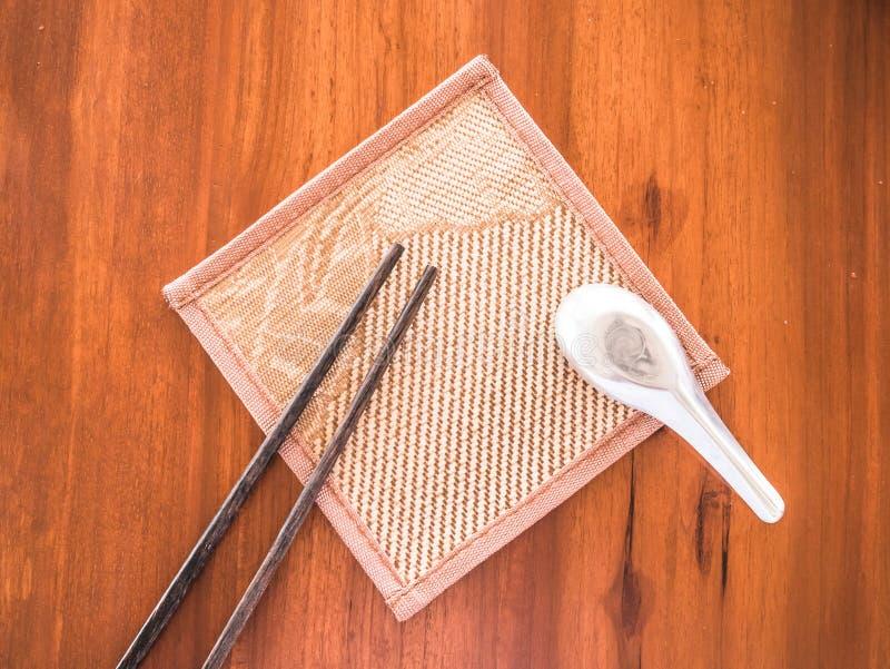 Essstäbchen und Löffel auf dem Holztisch lizenzfreie stockfotos