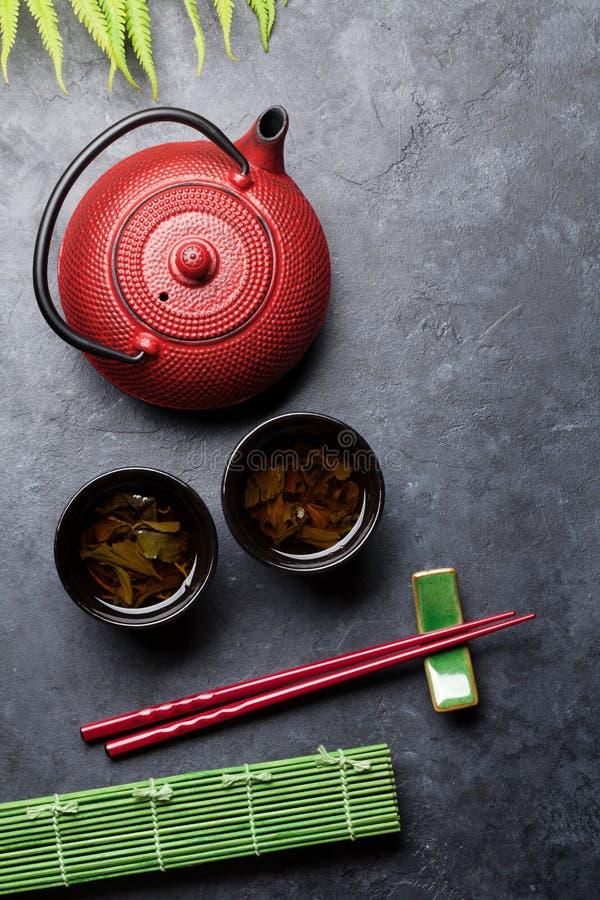 Essst?bchen des gr?nen Tees und der Sushi Japanischer Mahlzeitsatz stockbild