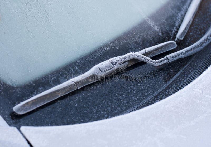 Essuie-glace de voiture dans la neige d'hiver photo stock