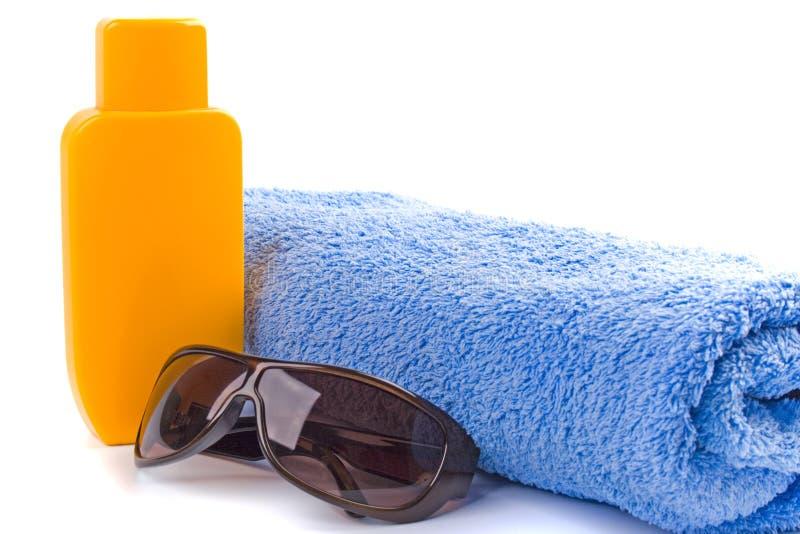 essuie-main de lunettes de soleil de lotion photos libres de droits