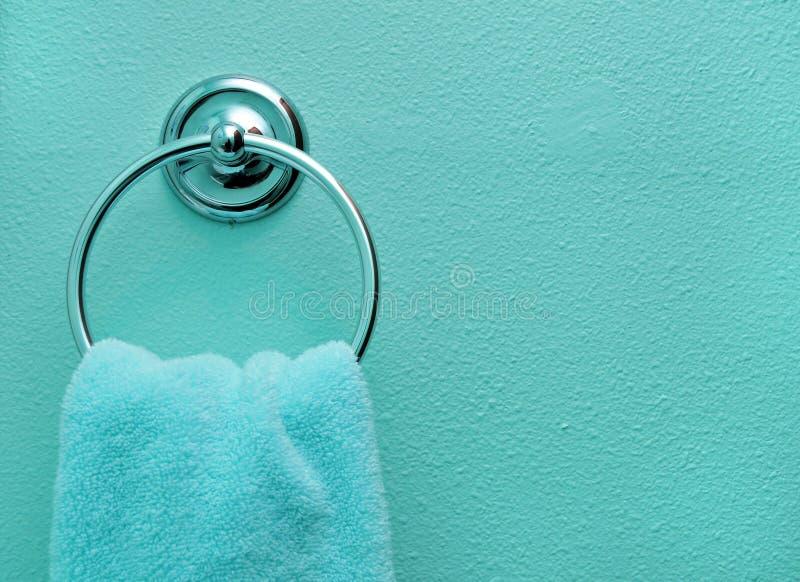 Essuie-main de salle de bains de sarcelle d'hiver photos libres de droits