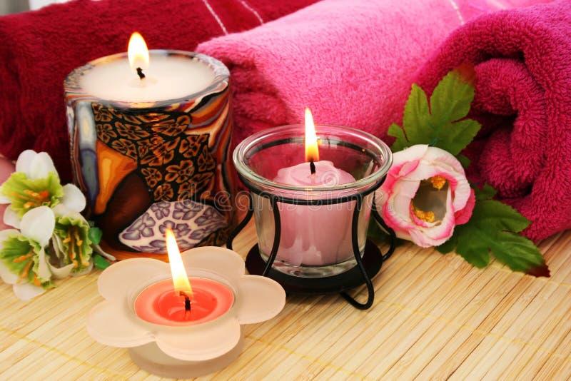 Essuie-main, fleurs, bougies photographie stock libre de droits