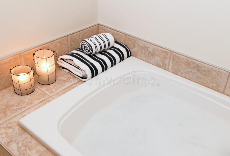 Essuie-main, lanternes confortables et bain avec de la mousse photos libres de droits