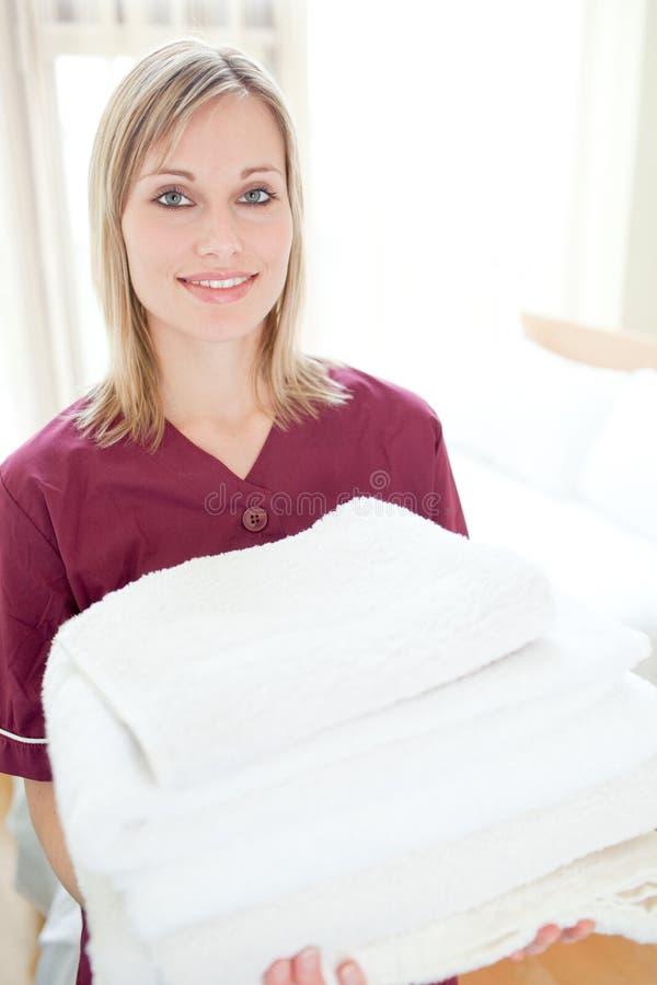 Essuie-main positifs de fixation de femme de ménage photos stock