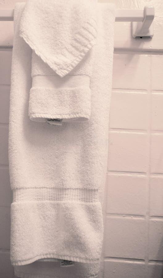 Essuie-main s'arrêtant dans la salle de bains photo libre de droits