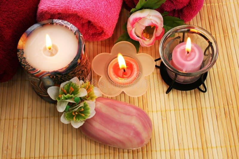 Essuie-main, savon, fleurs, bougies photos stock