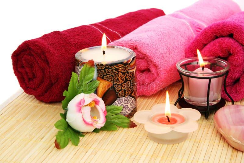 Essuie-main, savon, fleurs, bougies photo libre de droits