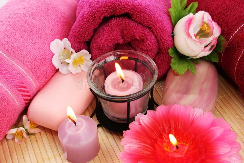 Essuie-main, savons, fleurs, bougies photo stock