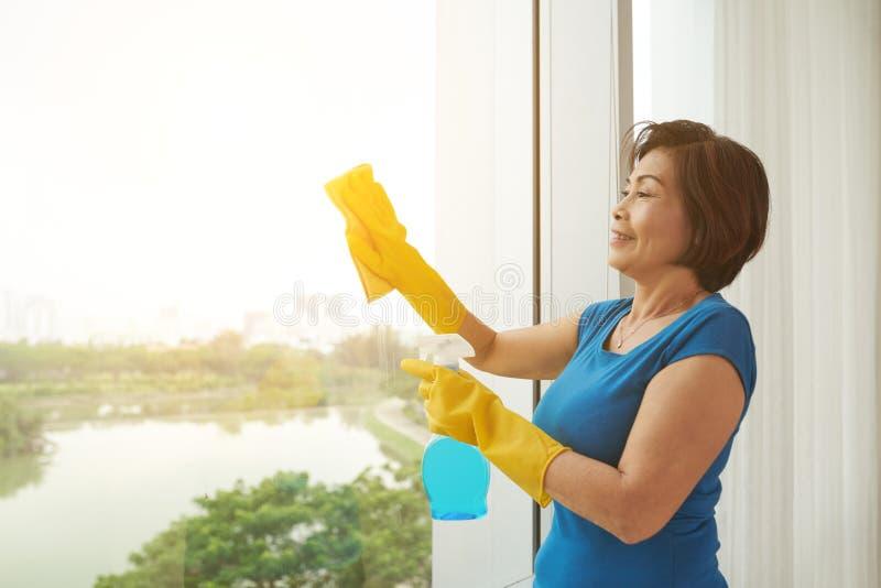 Essuyage de la fenêtre photo stock