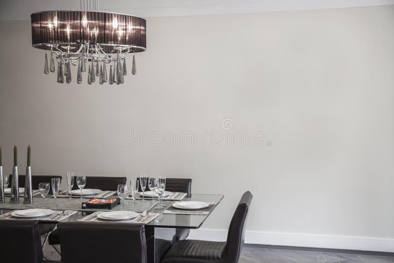 Esszimmer mit modernen Möbeln und Leuchter. lizenzfreie stockfotografie