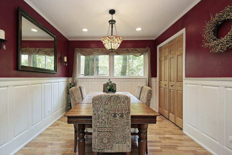 Esszimmer mit roten Wänden stockbilder