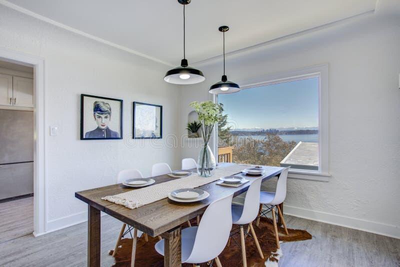 Esszimmer mit weißen Wänden und Holztisch lizenzfreie stockfotos