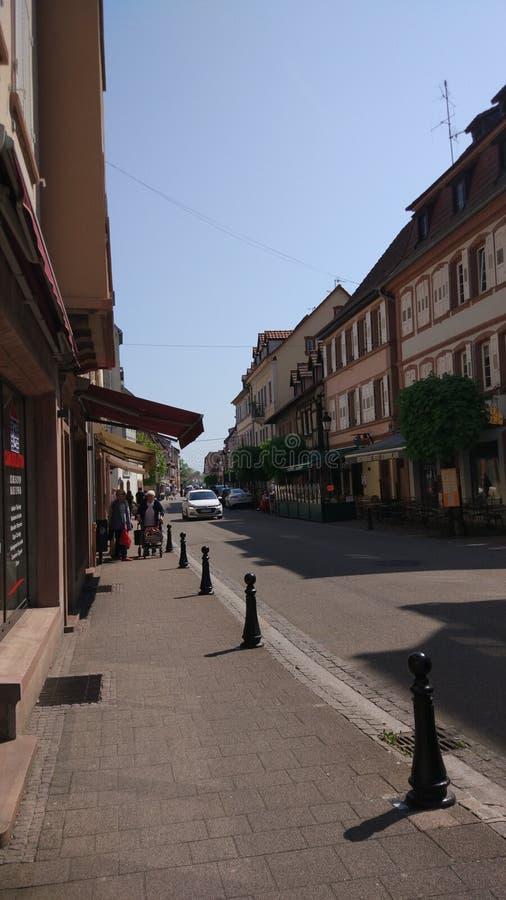 Está aqui a rua em uma cidade pequena em França foto de stock