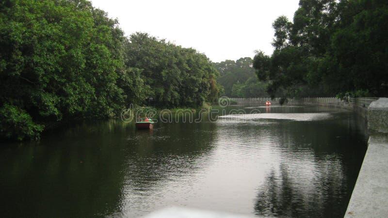Está aqui um rio na vila fotos de stock
