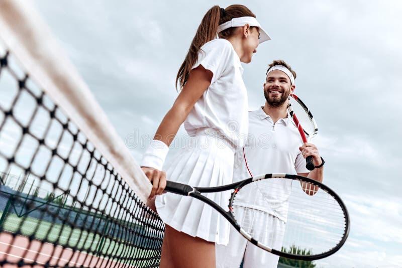 Está donde el éxito reunión de la preparación y de la oportunidad El hombre y la mujer están sonriendo el uno al otro foto de archivo