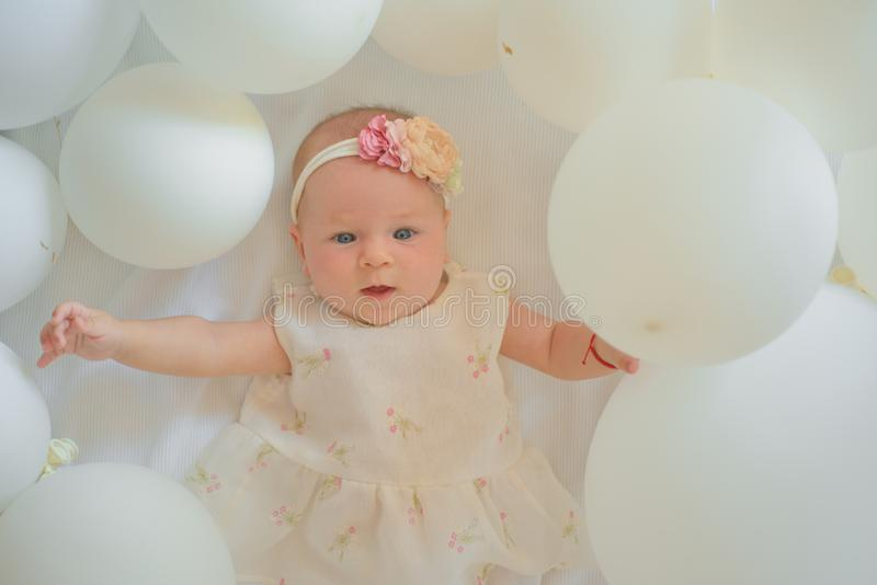 Está hacia fuera el bebé futuro Pequeña muchacha Feliz cumpleaños Pequeño bebé dulce Nuevos vida y nacimiento Retrato del pequeño imágenes de archivo libres de regalías